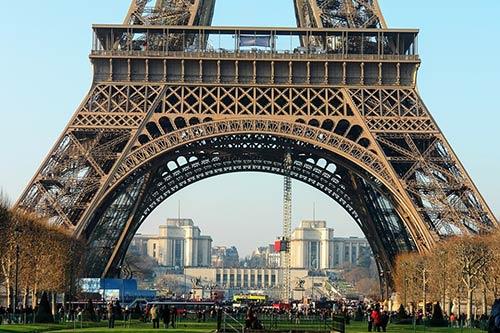 秋のロマンチックなパリでウエディングフォトをする