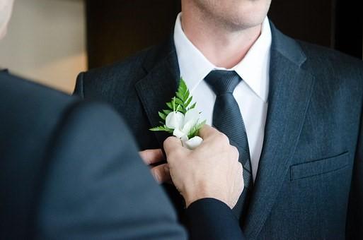 結婚式へ、男性のお呼ばれスーツのマナー