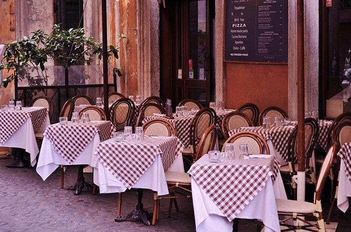 パリのカフェでウエディングフォト